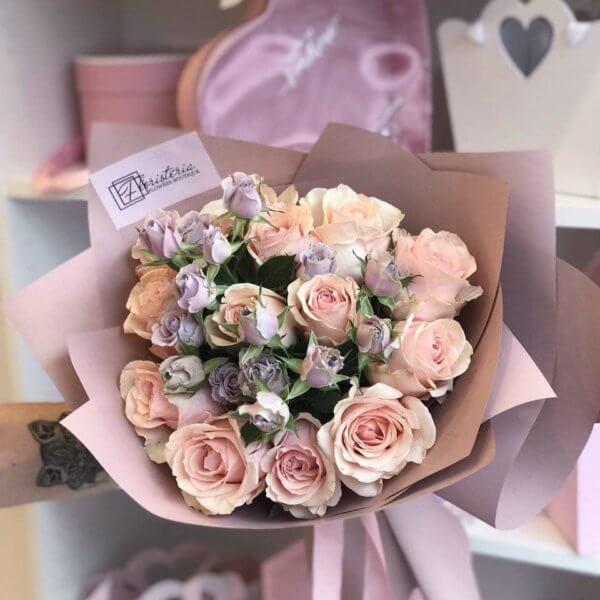 Букет з еквадорських та кущових троянд