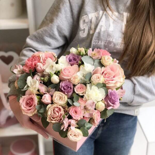 Рожевий бокс у вигляді серця з троянд, тюльпанів, евкаліпту та додатків
