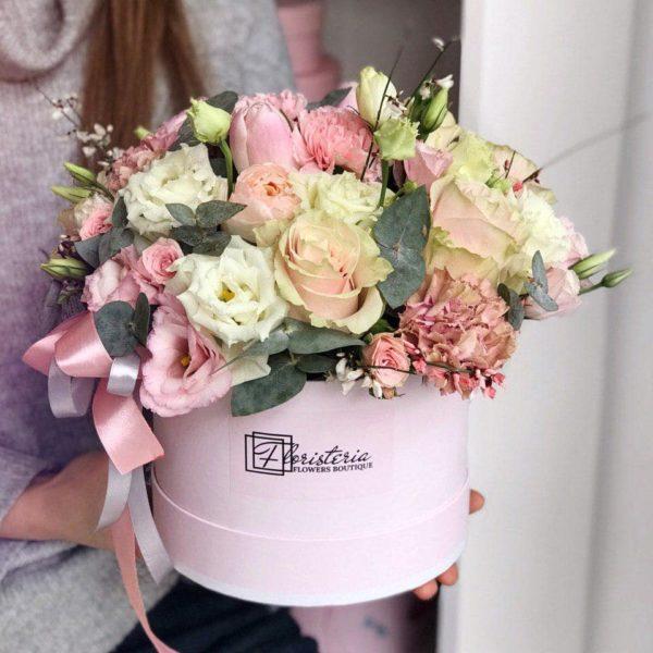 Бокс L розміру з кущових, еквадорських троянд, гвоздик, еустоми, піоновидних троянд та додатків