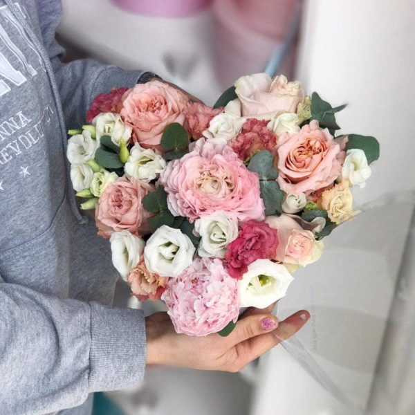 Біле серце з троянд, еустоми та додатків