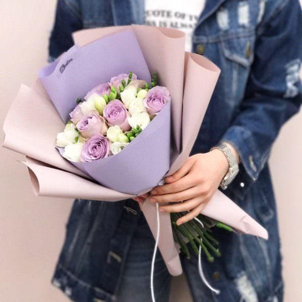 Букет з фіолетових троянд та фрезій