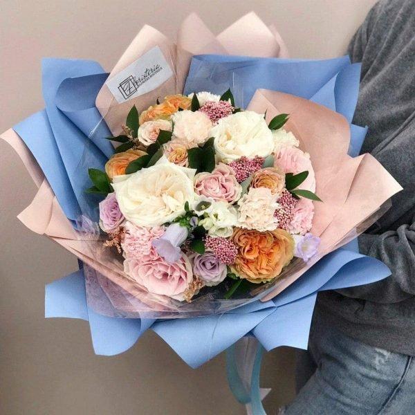 Букет в розмірі L, з піоновидних, еквадорських троянд та сезонних квітів