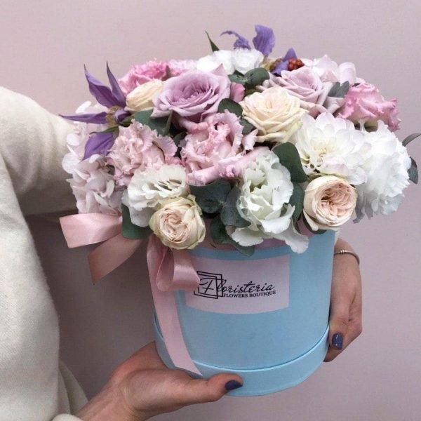 Голубий бокс з троянд, еустоми та сезонних квітів