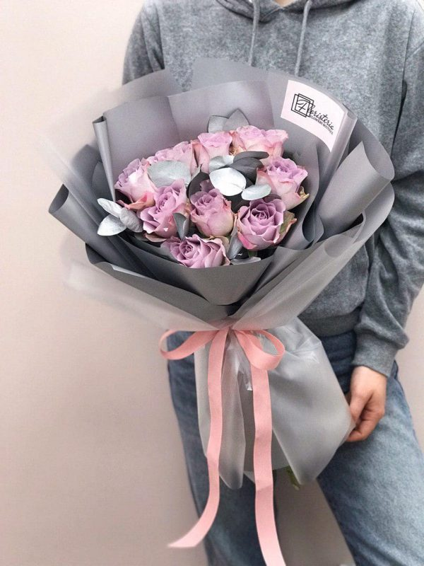 Букет з 9 троянд «Memory Lane» та евкаліпту
