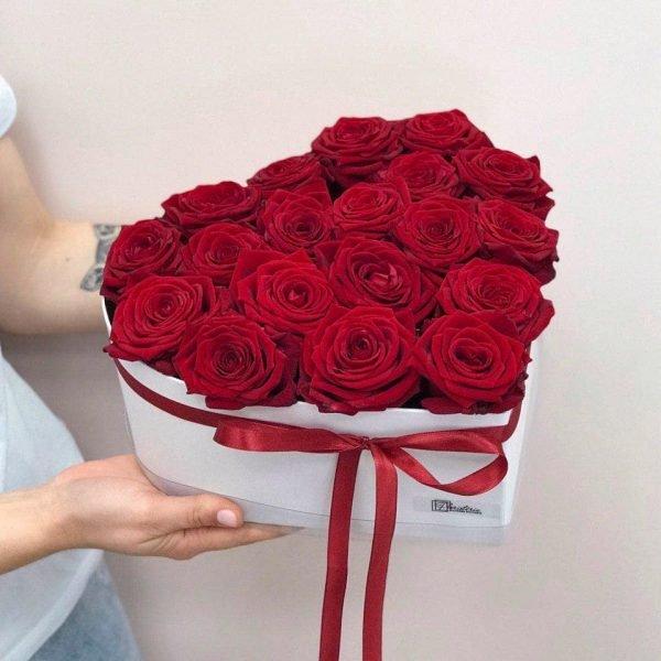 Біле серце з 21 троянди