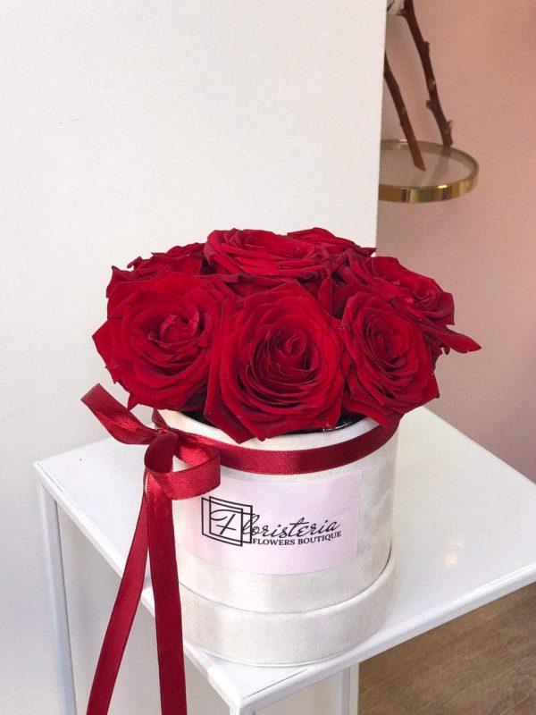 7 червоних троянд у велюровому боксі