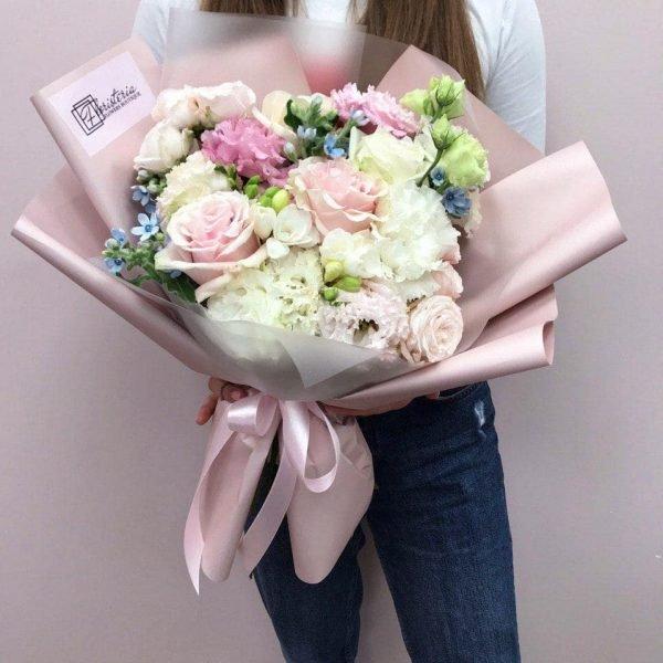 Ніжний букет в рожево-білій колористиці з еквадорських троянд, еустоми,фрезій та оксепеталума