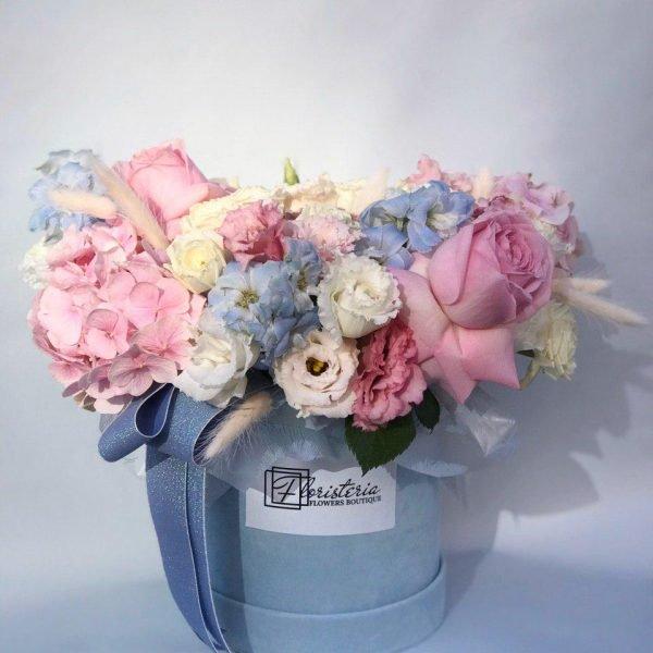 Велюровий бокс в розмірі М з троянд , білої та рожевої еустоми, дельфініума та додатків