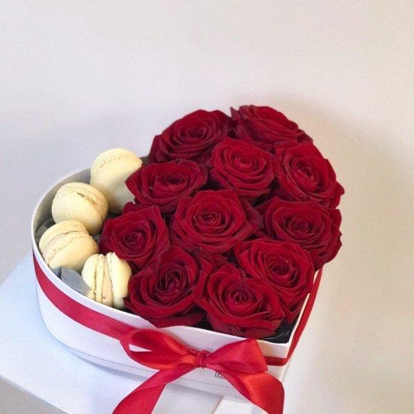 Сердечко з 11 червоних троянд та макарунів