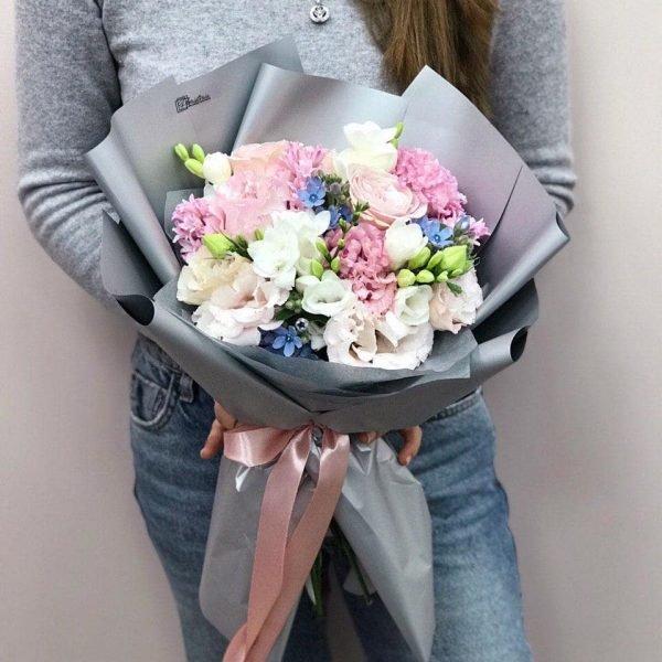 Букет з еустоми, троянд, фрезій та оксепеталума