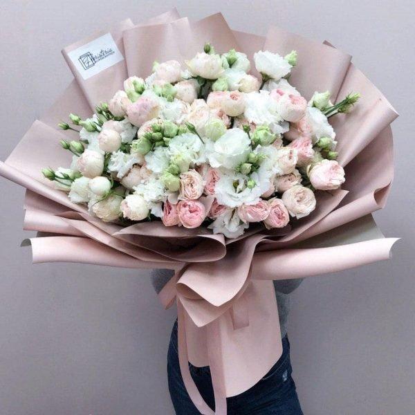 Букет в розмірі XL з білої еустоми та кущової троянди