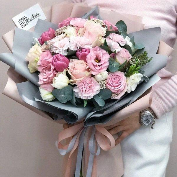 Букет в розмірі М з троянд, еустоми,фрезій гвоздик, евкаліпту та додатків
