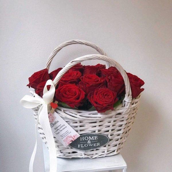 Кошик з 21 червоної троянди