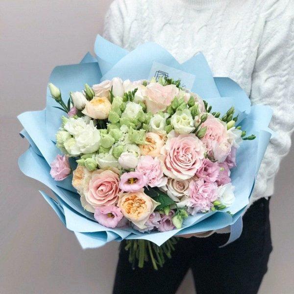 Букет в розмірі М з троянд, еустоми, фрезії та гвоздик