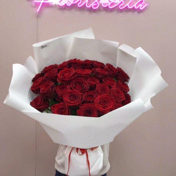 Букет з 31 червоної троянди