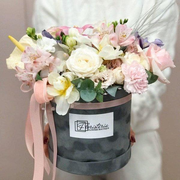 Велюровий бокс розміру L з альстромерії, троянд, антуріума, гвоздик, евкаліпту та фрезій