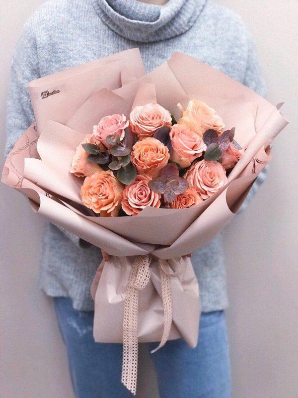 Букет з 11 помаранчових троянд та евкаліпту