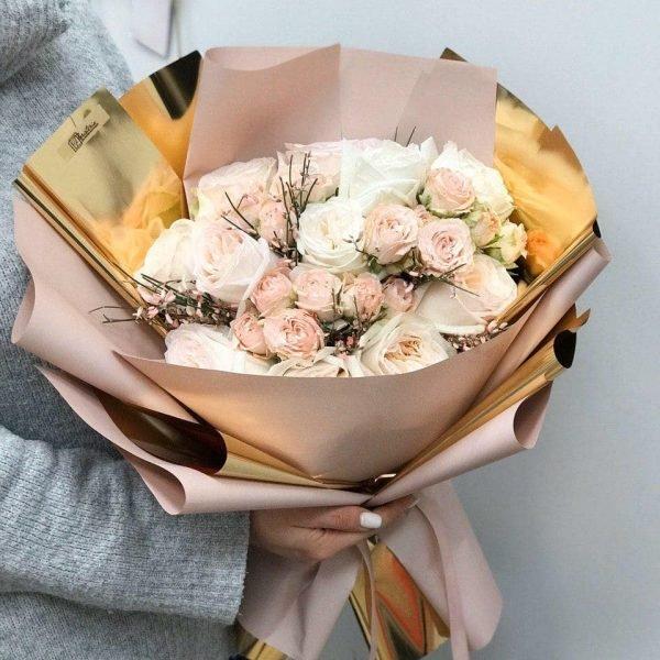 Букет з піоновидних та кущових троянд