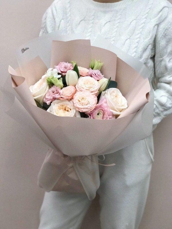 Букет в розмірі М з троянд, еустоми та тюльпанів