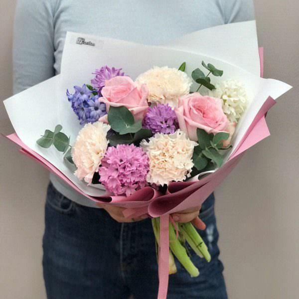 Весняних букет з гіацинтів, гвоздики, піоновидної троянди та евкаліпту