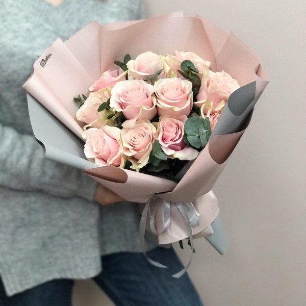 Букет з 11 еквадорських троянд «Pink Mondial» та евкаліпту