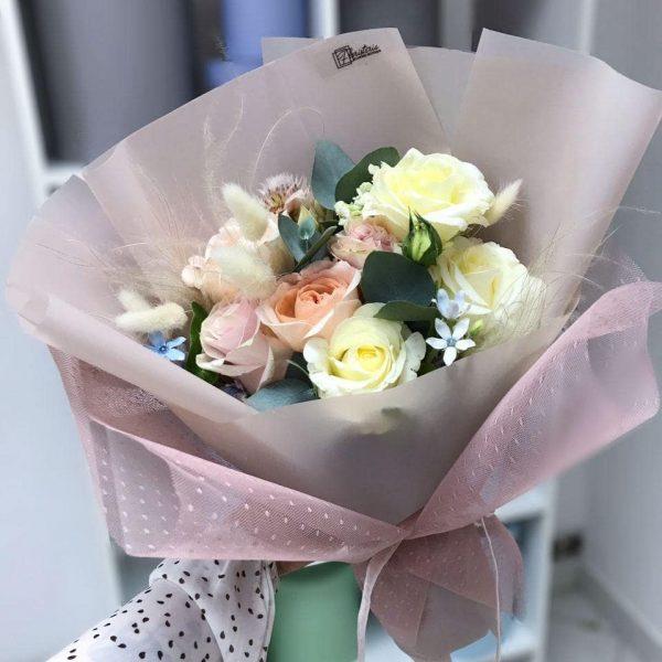 Букет з троянд та додатків у розмірі S