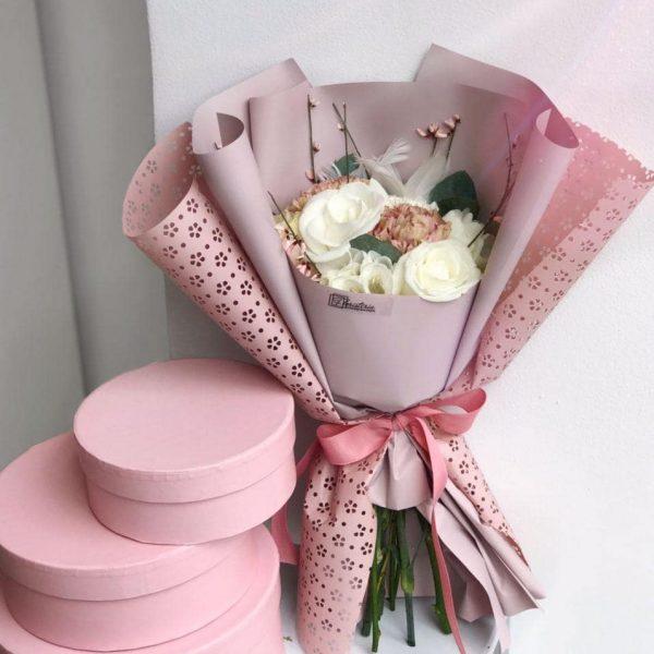 Пудровий букет з міксу квітів