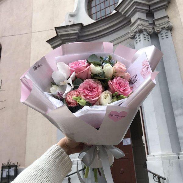 Букет з піоновидної троянди, тюльпанів, ранюнкулюсів, ванди та оксепеталума