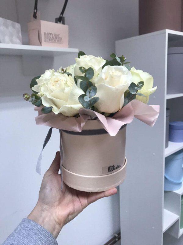 Бокс з 7 білих троянд та евкаліпту