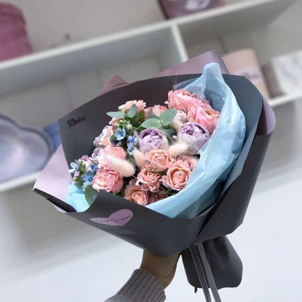 Букет з кущової троянди, оксепеталума, евкаліпту та додатків