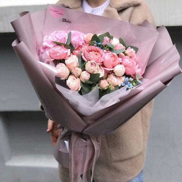 Букет у розмірі L з кущової троянди, оксепеталума, евкаліпту та додатків