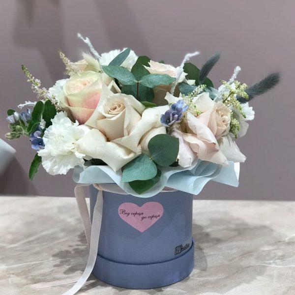 Композиція в ніжних, голубих відтінках, з троянд, гвоздик, оксепеталума та астільби
