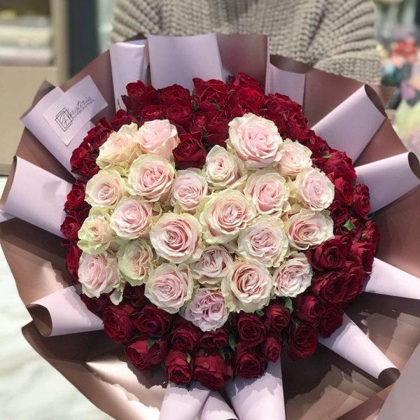 Букет з 77 троянд