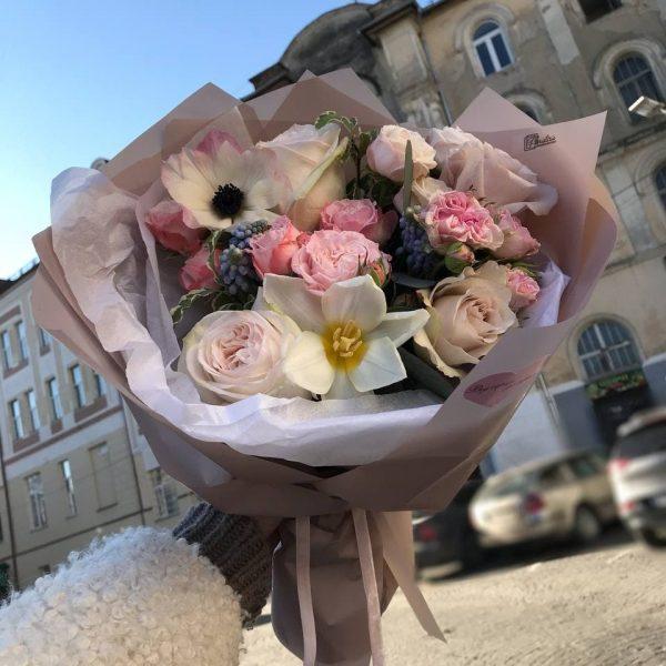 Букет з кущової троянди, голубих мускарі, анемону та піоновидних троянд