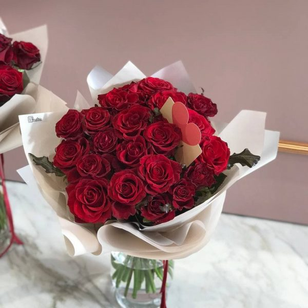 Букет з 21 червоної троянди