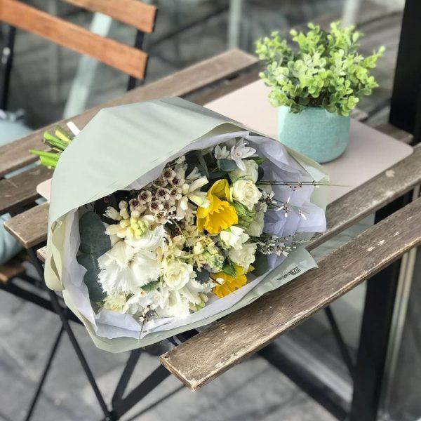 Весняний букет з нарцисів, гіацинтів ваксу та тюльпанів
