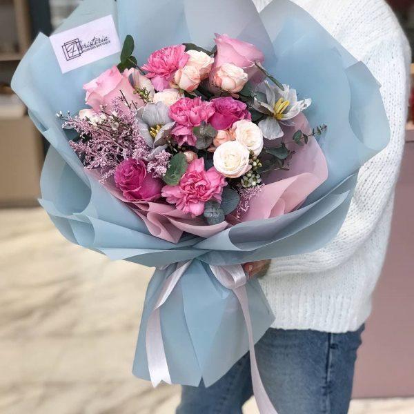 Малиново- блакитний букет з міксу квітів
