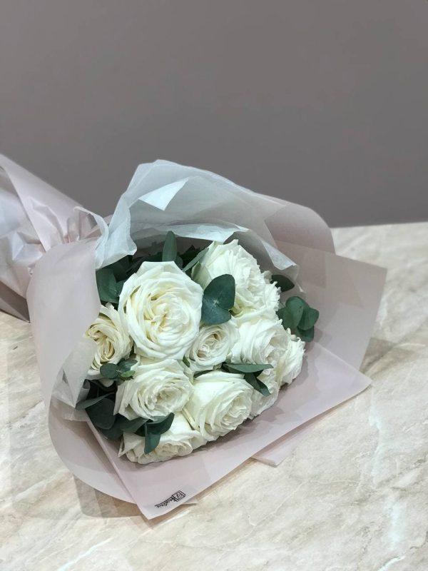 Букет з 11 білих троянд