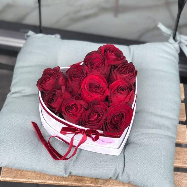 Велюровий сірий  бокс з 11 червоних троянд