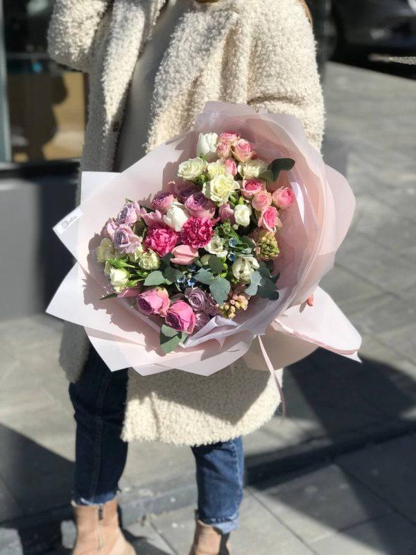 Весняний букет з кущової троянди, гіацинтів, фрезій, тюльпанів та додатків