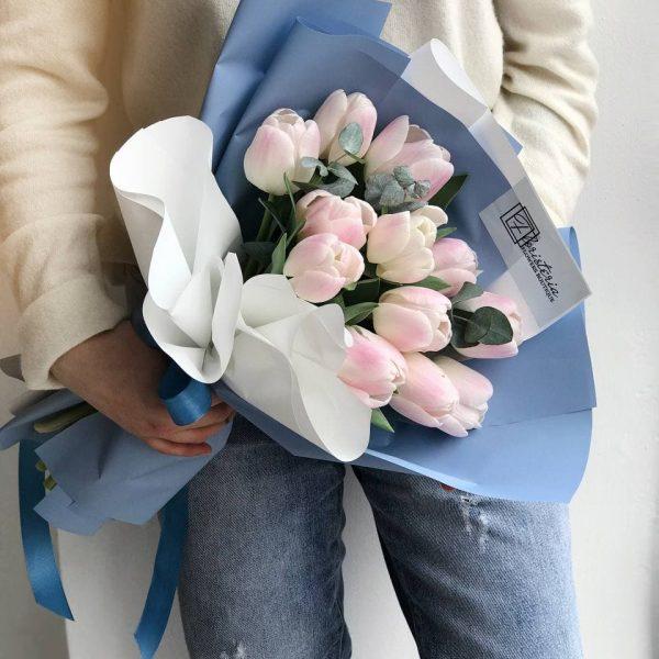 Букет з 13 рожевий тюльпанів та евкаліпту