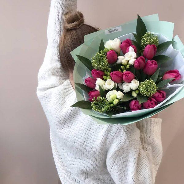 Букет з скімії, тюльпанів та фрезій