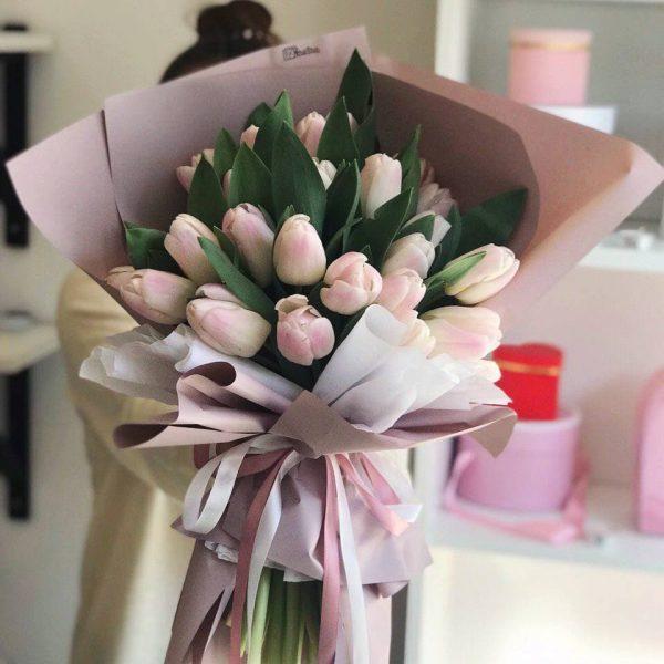 23 рожево-білі тюльпани