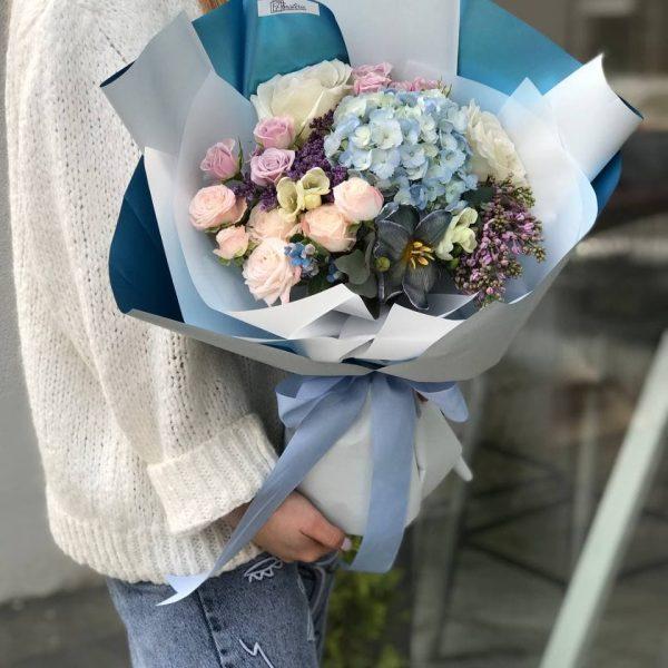 Небесний букет з гортензії, бузку, троянд та пахучих фрезій
