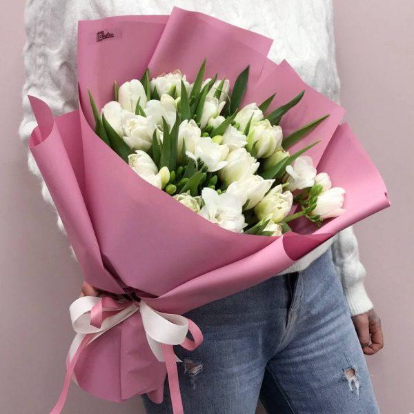 Букет з білих тюльпанів та пахучих фрезій