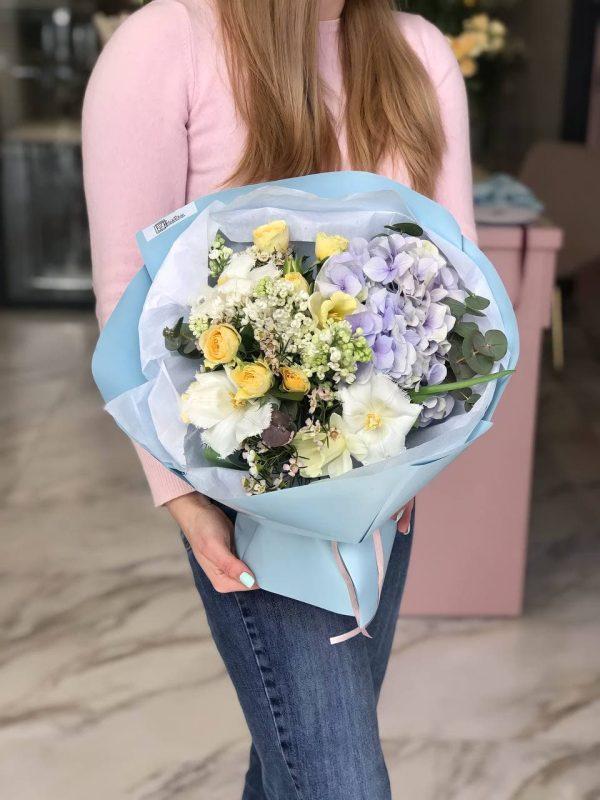Яскравий букет з гортензії, троянд, тюльпанів та додатків