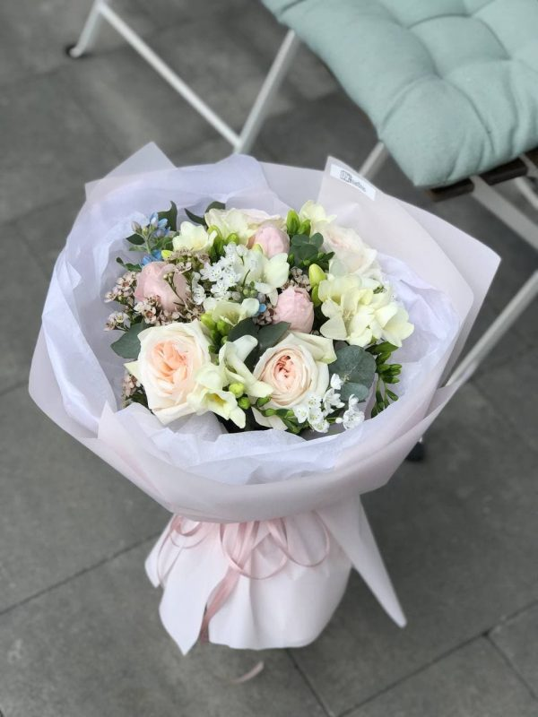 Вишуканий букет з троянд, фрезій, аліума та додатків