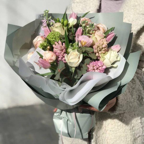 Букет «весна» з гіацинтів, тюльпанів та додатків
