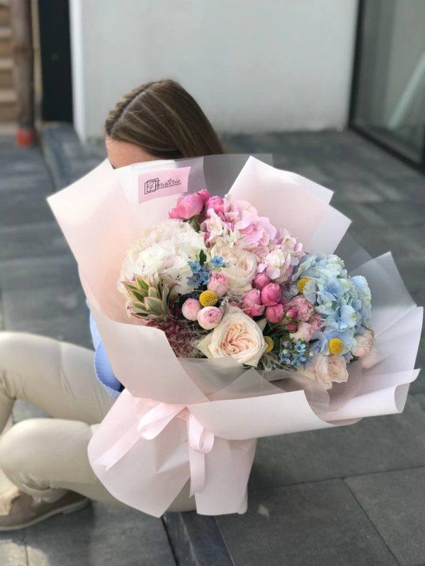 Букет з піоновидних троянд, гортензій, кущових троянд та додатків