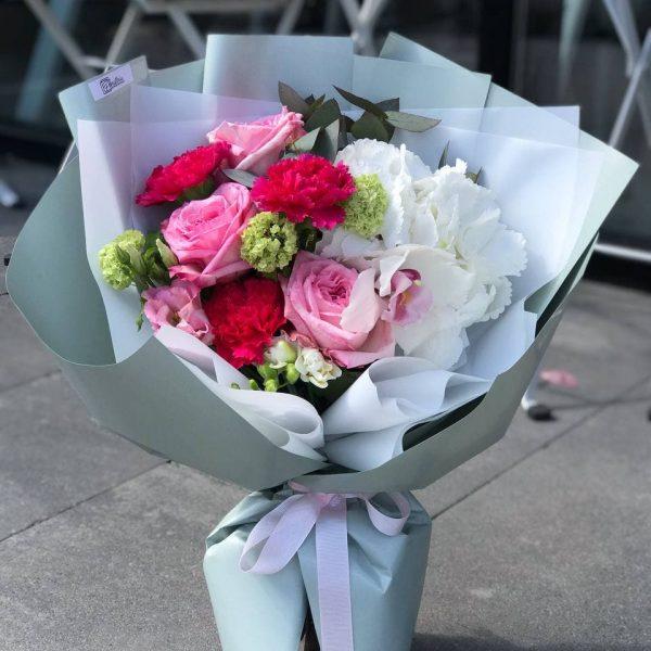 Яскравий мікс з гортензії, троянд, гвоздик та додатків